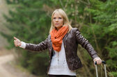 Pretty girl hitchhiking — Stockfoto