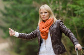Pretty girl hitchhiking — Stok fotoğraf