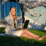 joven mujer bonita con portátil — Foto de Stock   #35947783