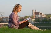 Genç seksi kadın gönüllülük a kitap vilnius, litvanya — Stok fotoğraf