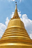Golden Pagoda against blue sky — Stock Photo