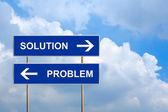 ソリューションと青い道路標識上の問題 — ストック写真