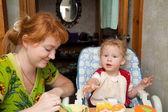 妈妈和宝宝吃 — 图库照片