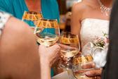 La gente bebe champán en boda — Foto de Stock
