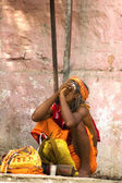 Sadhu (holy man) smokes a pipe — Stock Photo