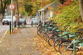 Bicicletas esperando cerca de la estación de tren — Foto de Stock