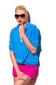 Mode flicka i solglasögon lutar på väggen. — Stockfoto