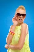Sumer girl posing in sunglasses. — Stock Photo