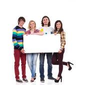 Mutlu grup boş afiş holding öğrenci — Stok fotoğraf