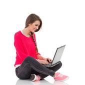 Smiling student using laptop — Stok fotoğraf
