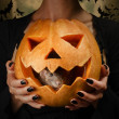 Gray rat sits in a carved pumpkin — ストック写真