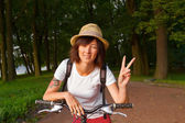 Cyclist with victory sign — Stock Photo