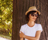 Hipster girl relaxing in the park — Stock fotografie