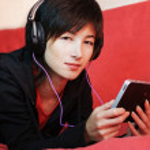 Woman listening music — Stock Photo
