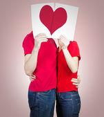 влюбленная пара с сердцем — Стоковое фото