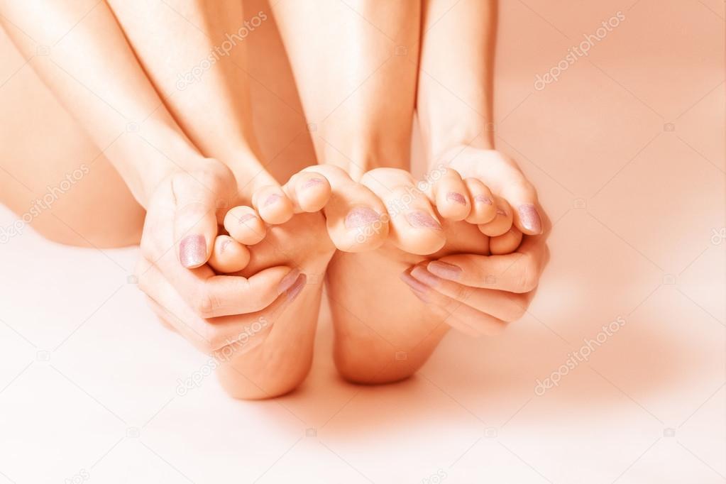 golie-zhenskie-stopi