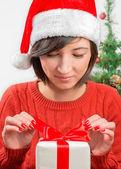 贈り物を開く — ストック写真