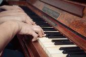 Üç Kişilik Aile piyano çalma — Stok fotoğraf