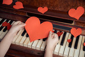 Red paper heart and piano — Stock Photo