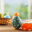 Green Easter egg and flower — Stock Photo