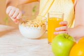 Child has breakfast of cereal flakes — Foto Stock