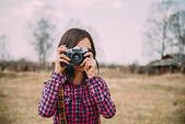 Garota com câmera fotográfica — Foto Stock
