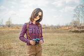 Garota com câmera fotográfica vintage — Foto Stock