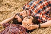 Coppia è sdraiato sull'erba secca — Zdjęcie stockowe