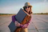 Viaggiatore felice con valigia — Foto Stock