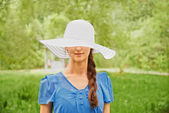 Woman in a hat with a wide brim — Stockfoto