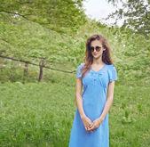 Girl in green park — Stockfoto