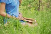 屋外の本を持つ少女 — ストック写真