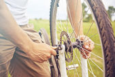 Man checks wheel of bicycle — Stock Photo