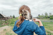 Girl with curiosity kitten — Stock Photo
