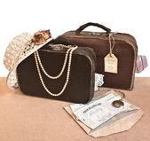 мужские и женские старые чемоданы путешествия. — Стоковое фото