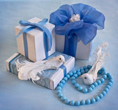 Gift boxes with ribbons and two birds — Stock Photo