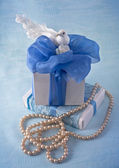 Gift box with blue bow and white bird — Stock Photo