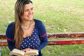 Mädchen wird beim lesen eines buches inspiriert — Stockfoto
