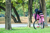 A pink bike parking in a park — Stock Photo