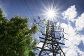 High Voltage Lines and Bright Sun Illustrate Summer Power Needs — Stockfoto
