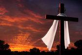 Dramatické osvětlení na křesťanské Velikonoce ukřižování kříž za úsvitu — Stock fotografie