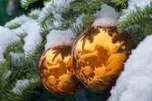 金雪覆盖树装饰品反映圣达菲 adobe 建筑物的圣诞 — 图库照片