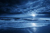 Midnight Blue Coastal Moonrise With Dramatic Sky and Rolling Waves — Stock Photo