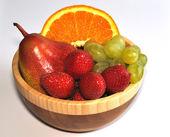 Mix di frutta nel piatto in legno — Foto Stock