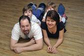 Rodzina szczęśliwy uśmiechający się w domu — Zdjęcie stockowe