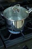 Casserole sur une plaque de cuisson gaz cuisinière — Photo
