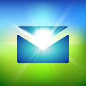 Zelená pole a modrá obloha s letní slunce shlukového přenosu prostřednictvím e-mailu obklopují ikonu. vektorové dobrou zprávu nebo zprávu ilustrace. — Stock vektor