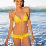 Veselá nádherná žena v žluté bikiny, koupání v moři — Stock fotografie #31544433