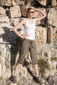 Rubia atlética a caminar mirando en la distancia — Foto de Stock