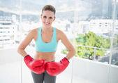 Lächelnde frau tragen rote boxhandschuhe — Stockfoto